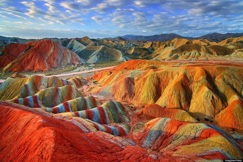 Parece Photoshop, mas não é: são as montanhas coloridas da China
