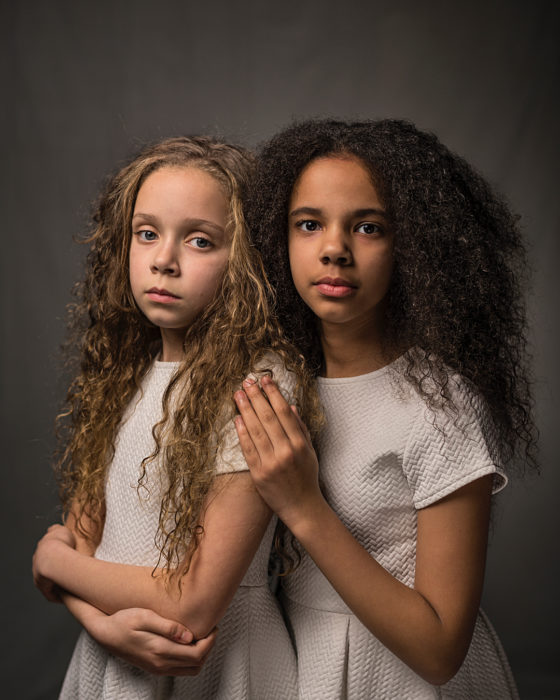 """Uma negra e outra branca: as gémeas """"milagre"""" que são capa da National Geographic"""