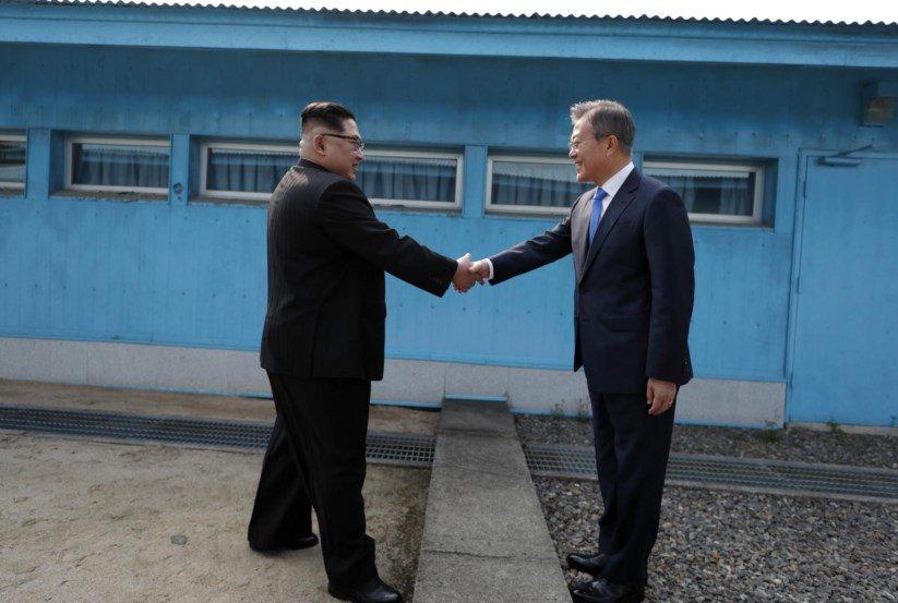 Líderes coreanos deram as mãos