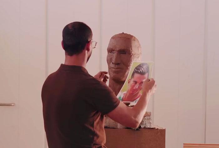 Pediram-lhe que fizesse outro busto e ele aceitou