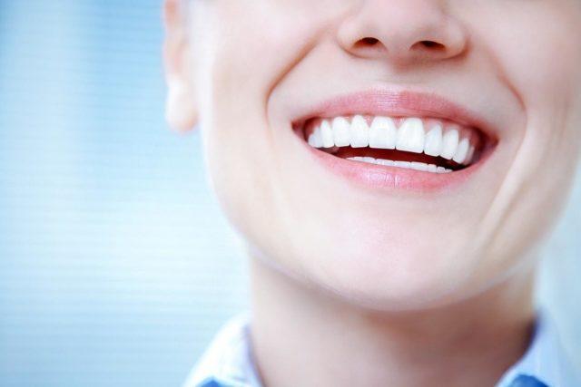 «Sorriso nos lábios» é erro de português?