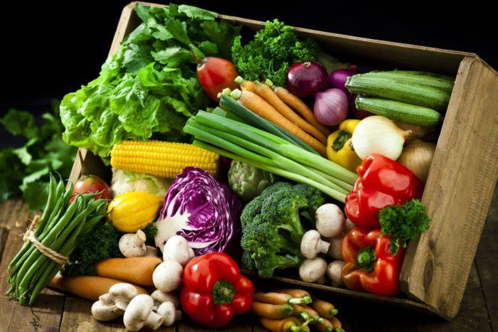 Salada deliciosa de quinoa e mirtilos para vegetarianos e não só