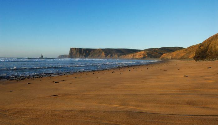 A Praia do Canal é uma das últimas praias selvagens e desertas do Algarve