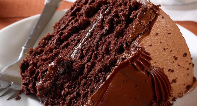 bolo de chocolate e avelãs