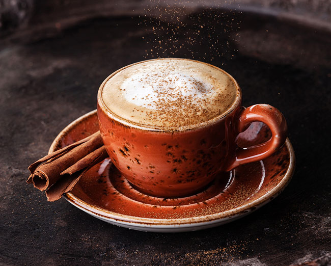juntar canela ao café