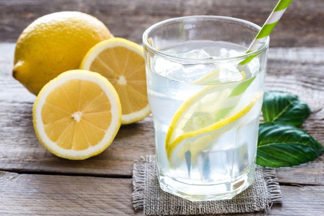 beber água com limão antes de deitar
