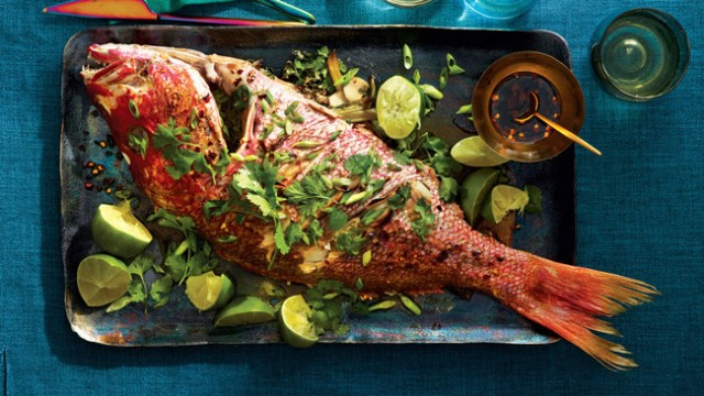 assar peixe no forno