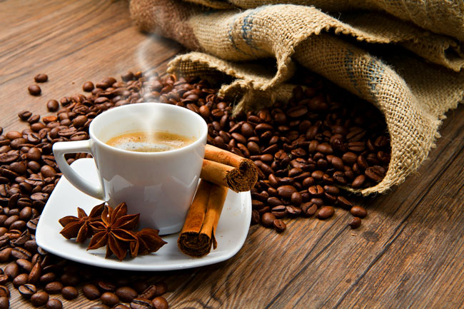 juntar canela ao seu café