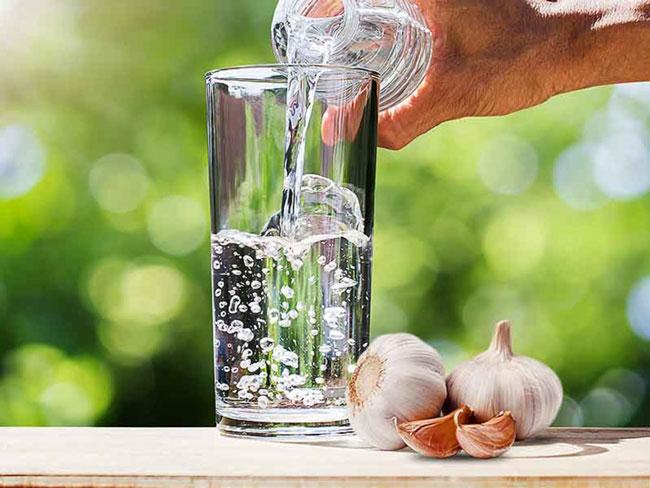 água de alho em jejum