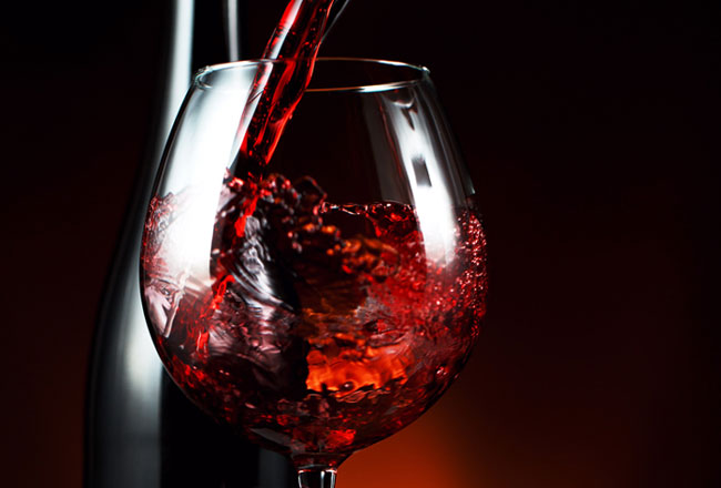 vantagens de beber vinho tinto à refeição