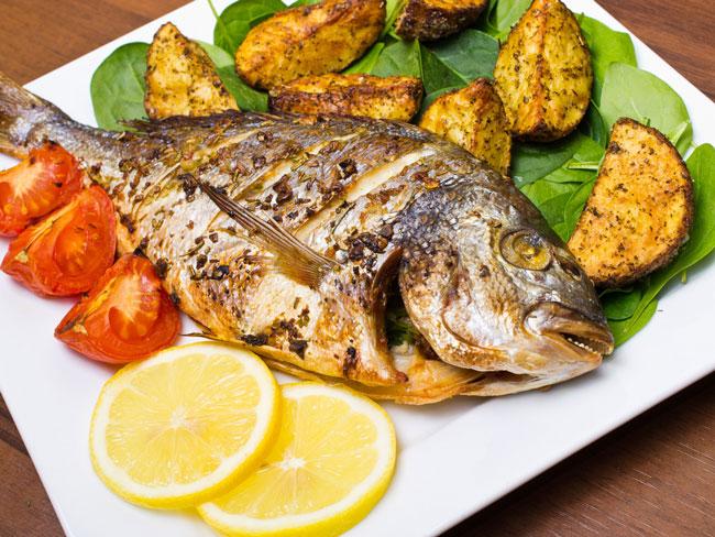 Saiba temperar peixe para assar