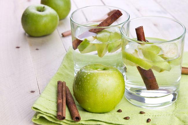 água de maçã e canela
