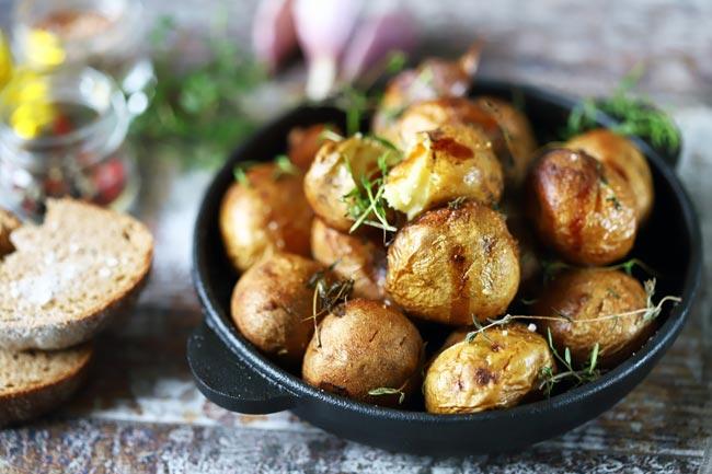 batatas assadas com ervas aromáticas