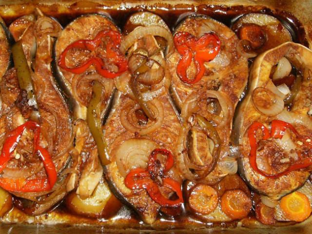 Peixe assado no forno para almoços