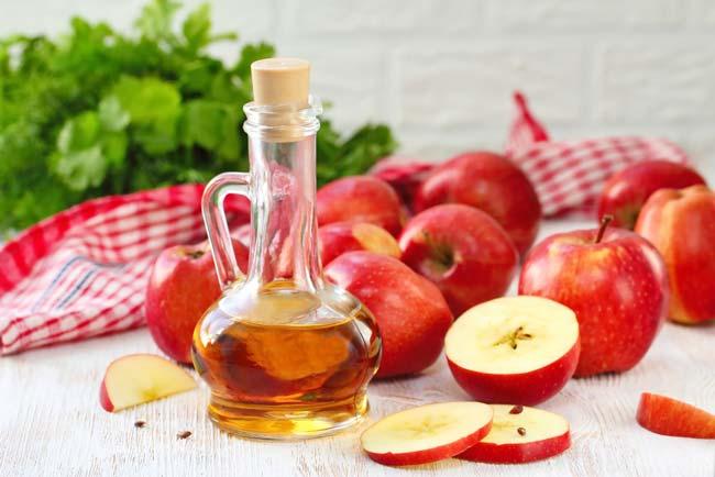aplicar vinagre de maçã no cabelo