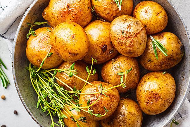 As melhores batatas assadas com casca de sempre. Tome nota!
