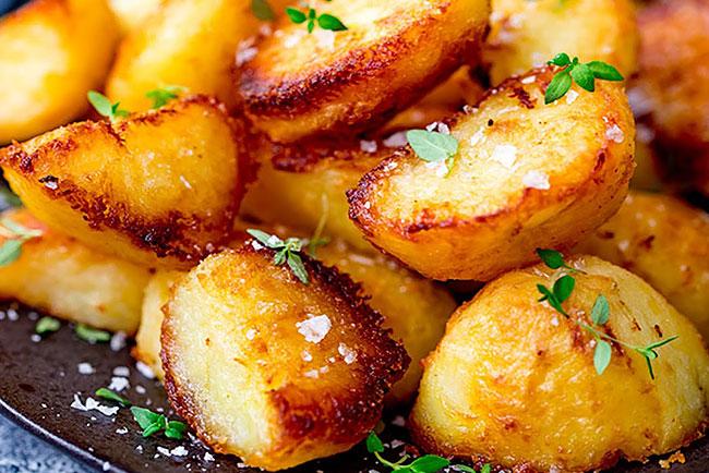 4 receitas de batatas assadas com molho, um petisco dos deuses