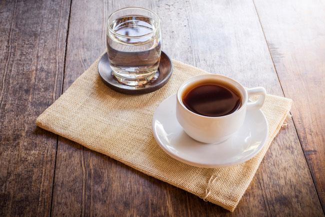 Depois do café deve beber água