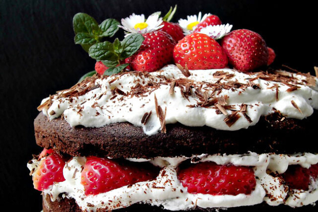bolo de chocolate húmido com frutas