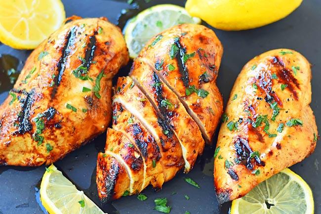 3 receitas de frango grelhado molhadinho e suculento!