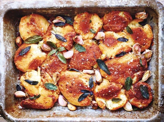 Batatas assadas deliciosas e suculentas