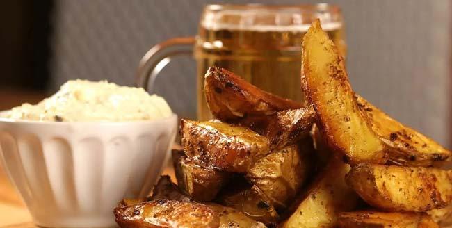 Batatas assadas suculentas para almoços