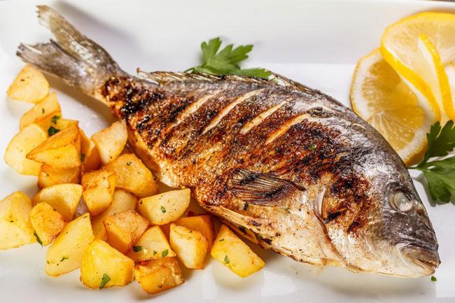 peixe assado suculento