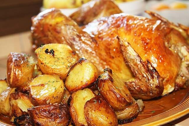 Frango assado com batatas assadas