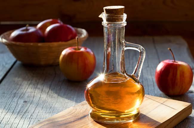 usar vinagre de maçã para acabar com a caspa