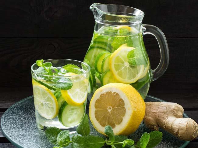 água de limão com pepino e gengibre