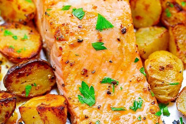 salmão assado no forno com batatas