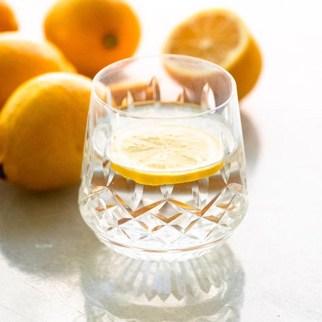 Benefícios da água morna com limão