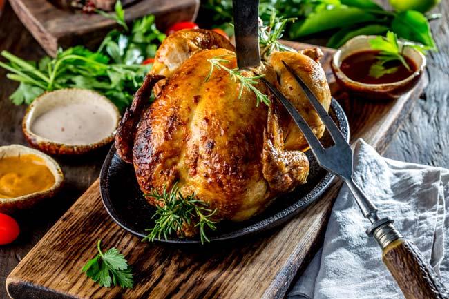 erros básicos ao assar frango que tem de evitar