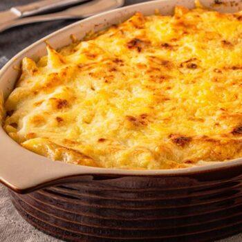 Faça a melhor massa gratinada com frango. É tão boa!