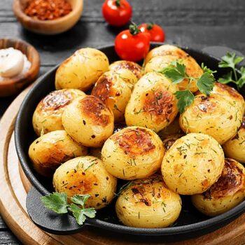 Batatas assadas com azeite e alho