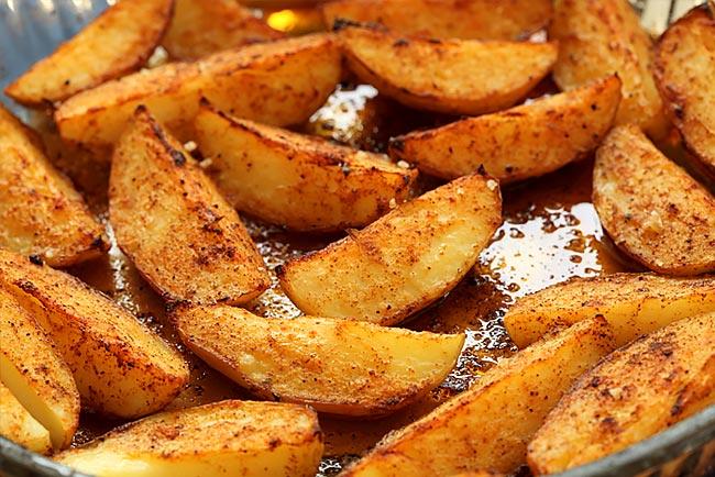 Faça batatas assadas crocantes e muito saborosas