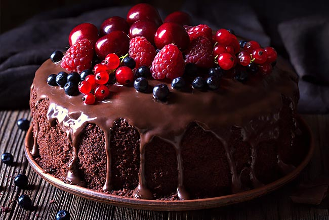 bolo de chocolate com frutos vermelhos
