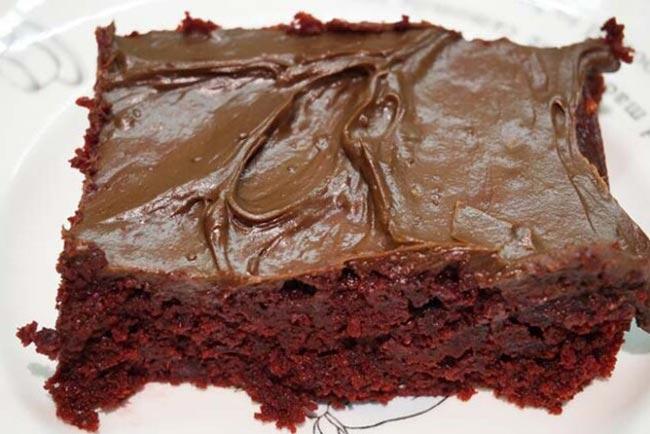 Bolo de chocolate e cobertura de chocolate