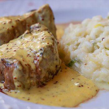 Carne assada com manteiga e mostarda