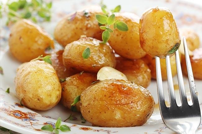 Suculentas batatas assadas no forno
