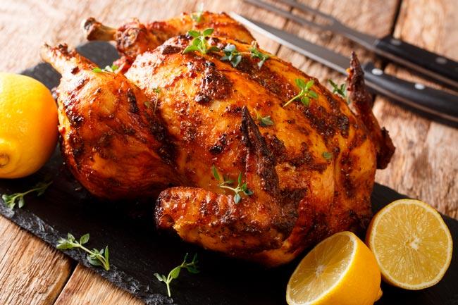 Delicioso e suculento frango assado