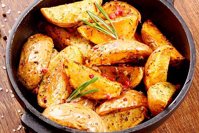 Deliciosas e suculentas batatas assadas