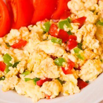 ovos mexidos e alho-francês